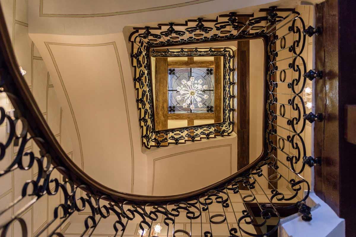 Hotel-Villa-Retiro-5-estrellas-escaleras
